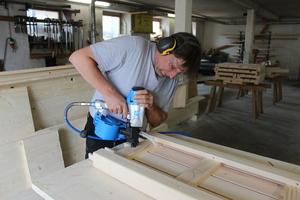 Unten rechts: Die Holznägel rosten nicht, lassen sich gut abschleifen und erzeugen eine stoffreine Holz-Holz-Verbindung