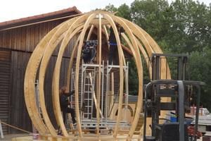 Die Binder für die Konstruktion der Rundsauna bestehen aus SeekieferfurnierholzplattenFoto: Zimmerei Beyerl
