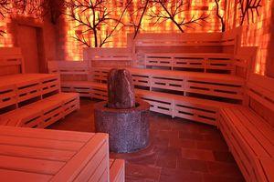 """Im """"Salzsteinzimmer"""" der Therme Erding wurden die Sauna-bänke mit Holznägeln montiert, da Edelstahlschrauben für die salzhaltige Luft nicht geeignet warenFoto: Zimmerei Beyerl"""