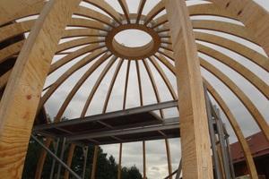 Die Rundsauna besteht aus 24 Bindern, die oben und unten an ringförmigen Auflagern mit Stahlwinkeln befestigt sind Fotos (3): Therme Erding