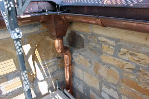 Die Montage von Dachrinnen und Fallrohren gehörte ebenfalls zu den Aufgaben der Spengler