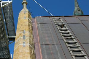 An der Anschlusstelle zum Mauerwerk sparten die Spengler die Schalung aus, velegten das Kupferblech etwas tiefer und schlossen es an das Mauerwerk anFotos: Stephan Thomas