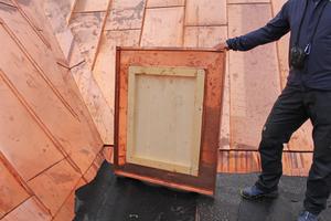Rechts: Abgedeckt sind die Dachausstiege mit Holzelementen, die mit Kupferblechen eingedeckt sind