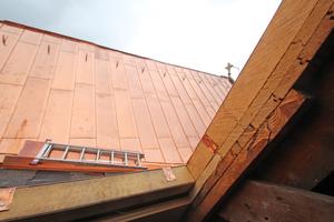 In den Kehlen sind Dachausstiege eingebaut, die einen Zugang zum Dach für spätere Wartungsarbeiten ermöglichen<br />