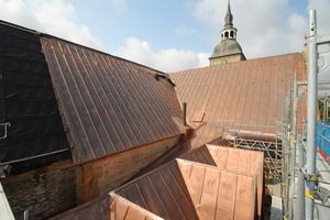Kupferbleche auf dem Dach der St. Aegidius-Kirche kurz nach der Verlegung. Das Kupfer verliert schon nach kurzer Zeit den rötlichen Glanz und wird braun