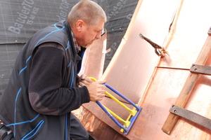 Bodo Langohr, Spenglergeselle der Prange GmbH, verbindet zwei Kupferschare mit dem Winkeldoppelfalzschließer