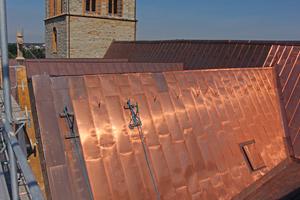 Blick auf die Dachkehlen der Kirche vom Gerüst aus während der Sanierung