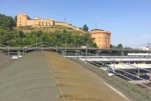 Vor der Sanierung wurde das temporäre Seitenschutzgerüst an den Dachrändern montiert