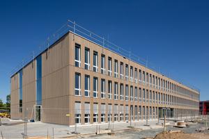 Das Erweiterungsgebäude für das Gymnasium Nord mit Weißtannen-Fassade und Fensterlaibungen aus Aluminiumblech