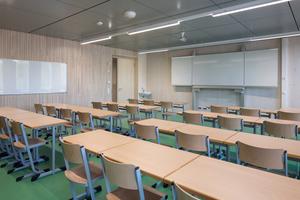 Große, helle Holzflächen in den Klassenräumen des Erweiterungsgebäudes des Gymnasium Nord in Frankfurt