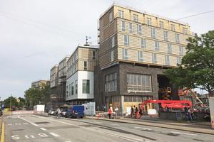 """<span class=""""bildnachweis""""><strong>Die Holzmodule hat die Firma Scandi Byg im Werk vorgefertigt, bis hin zur Lattung für die Fassade </strong><br />Fotos (2): Sangberg Architects</span>"""