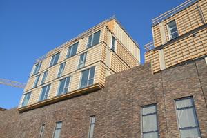 Die Holzmodule sind in das Obergeschoss des Einkaufszentrums integriert und ab einer Höhe von zwölf Metern auf das Dach gesetzt<br />Foto: Sangberg Architects