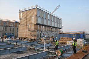 Große Stahlträger auf dem Dach nehmen die Lasten der Module auf