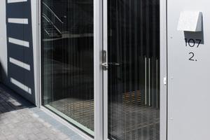 """Durch ihre modulare Bauweise verfügen die Häuser über einen speziellen Sockel, der einer zuverlässigen Entlüftung und Entwässerung bedarf. Fassadenrinnen des Typs """"Stabile Air"""" der Firma Richard Brink erfüllen diese Aufgabe"""