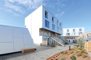 """Die fertiggestellten Wohnhäuser auf dem Dach des Einkaufszentrums mit Fassaden aus Aluminium <span class=""""bildnachweis"""">Foto: Richard Brink</span>"""