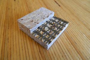 Forscher an der Universität Göttingen arbeiten daran, Span- und OSB-Platten biegefester und feuerbeständiger zu machen durch das Einbinden von Fasermatten auf Basalt-Basis <p>Foto: Aaron Mayer/Universität Göttingen </p>
