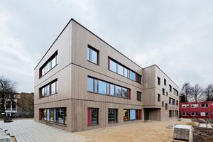"""Eine vertikale Lärchenschalung mit Vergrauungslasur bildet die Fassade der Schulgebäude in Hamburg<span class=""""bildnachweis"""">Fotos: Brüninghoff</span>"""