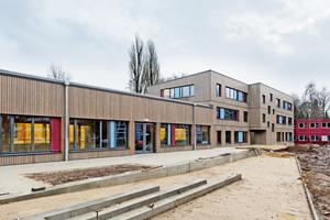 Das Schulzentrum Flottbek wurde mit einem dreigeschossigen Gebäude für Verwaltung und Klassenräume sowie einem eingeschossigen Mensa- und Werkstattgebäude erweitert