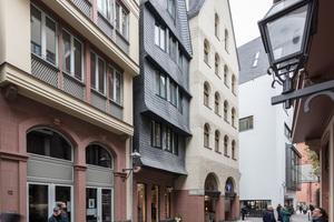 Die dreigeteilten Fenster des Haus Schönau im DomRömer-Quartier wölben sich wie Erker aus der Schieferfassade
