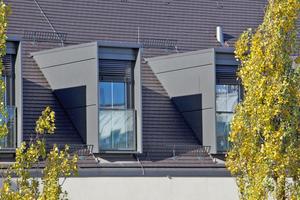 Über der Konter- und Traglattung verlegten die Dachdecker schwarz engobierte DachziegelFotos: Bauder
