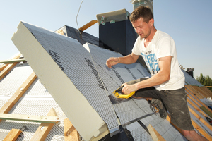 Auf dem Dach wurden 200mm dicke PIR-Dämmplatten verlegt. Aufkaschierte Polymerbitumenbahnen sorgen für den Witterungsschutz direkt nach der Verlegung