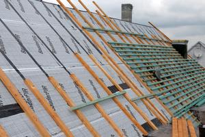 Die Konterlatten befestigten die Dachdecker zweifach: mit Rahmendübeln im Betondach und mit Systemschrauben in den Schubhölzern