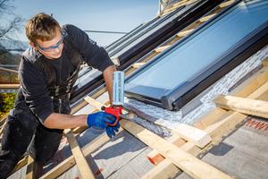 Einsatz von PU-Schaum auf dem Dach. Kostenlose Rückgabemöglichkeiten für leere PU-Schaumdosen bietet das Unternehmen PDR an⇥Foto: PDR