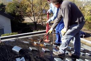 Rechts oben: Zum Einarbeiten der Krallenplatten in die Dämmung muss der Handwerker die Oberfläche anflämmen und die Platten eindrücken<br /><br />