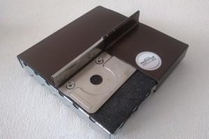 Aufbau eines Metalldaches mit Schaumglas-Dämmung: Auf die Krallen folgt eine Trennlage, das Metalldach wird dann darauf mit Haften befestigt