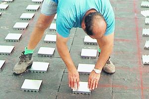 Im regelmäßigen Abstand werden Krallenplatten in die Dämmschicht eingesetzt