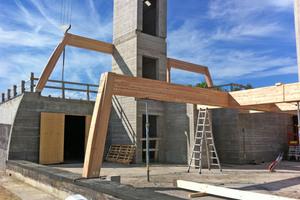 """Links: Brettschichtholzträger und -stützen bilden das Haupttragwerk des Gebäudes. Insgesamt wurden 54 m³ BSH aus Douglasie verbaut<span class=""""bildnachweis"""">Fotos (2): Valentiny hvp architects</span>"""