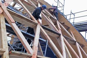 Für das Rautentragwerk fügten die Holzbauer vier Lagen Douglasienbohlen übereinanderFotos: Valentiny hvp architects