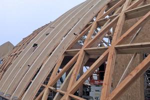 Über dem Rautentragwerk verlegten die Zimmerer Brettschichtholz-Bogenbinder im Abstand von 1,74m
