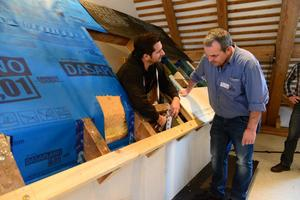Auch individuelle Problemstellungen der Seminarteilnehmer werden bei der Dach-Praxis-Tour behandelt⇥Foto: Pro Clima