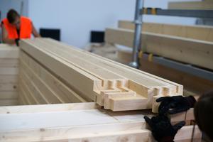Die Kanthölzer wurden in der Werkstatt zu Rahmen verbunden, jeweils acht hintereinander angeordnete Rahmen bilden ein RaummodulFotos (3): Hans Drexler/Jade HS