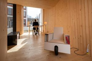 """Schreibtisch und Möbel im """"Timber Prototype House"""""""