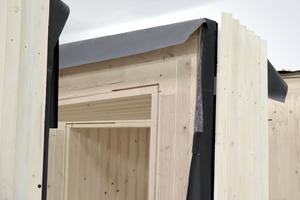 Die Rahmenmodule erhielten von außen eine Fassadenbahn als Witterungsschutz, darüber eine Lattung auf einer Unterkonstruktion<br />