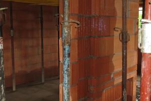 Eingedrungenes Regenwasser kann in Mauerwerk zu hohem Feuchtegehalt führen. Wird diese Durchfeuchtung nicht getrocknet ist Neubauschimmel kaum vermeidbar