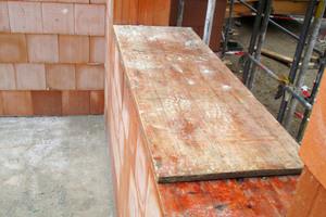 Durchbrüche und Mauerkronen sind abzudecken, damit keine Feuchtigkeit eindringt