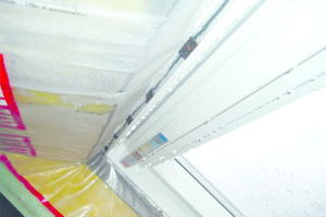Links oben: Putz- oder Estrichfeuchte kann sich an Bauteiloberflächen in Form von Wassertropfen niederschlagen, so wie hier am Dachfenster und der Dampfbremse