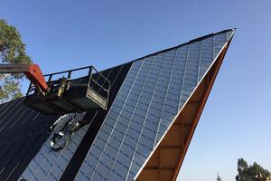 Auf den Steildächern in Holzbauweise sind Titanzinkbleche in Stehfalztechnik verlegt