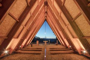 Die Holzstruktur der Kapelle ist von innen sichtbar, zwölf Balken tragen das Dach aus OSB-Platten Foto: Joao Morgado, Architectural Photography
