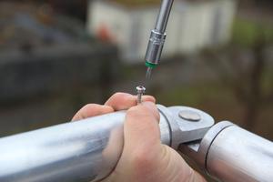 Das gesamte Geländer lässt sich per Akkuschrauber montieren, Eckverbinder ergänzen das System<br /><br />
