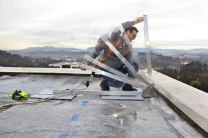 Der Geländerpfosten wird aus dem Pfostenmodul in die gewünschte Neigung nach oben geklapptFotos: Zinco