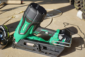 Der Nagler arbeitet ohne Gaskartuschen und Druckluftschlauch mit 18 Volt-Akkus