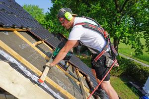 """Zimmerer Max May vom ZEP-Team bei der Montage von Dachlatten mit dem Hikoki-Nagler """"NR1890Dbcl""""Fotos: Stephan Thomas"""