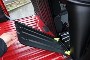 Der äußere Beifahrersitz lässt sich umklappen und eine Durchlademöglichkeit zum Laderaum in der Trennwand öffnen