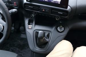 Rechts: Die Schaltkonsole schränkt die Beinfreiheit des mittleren Beifahrers ein und zwingt in eine unbequeme Sitzhaltung