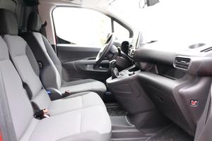 Blick in die Fahrerkabine: Klappt man die Rückenlehne des mittleren Sitzes um, erhält man einen mobilen Schreibtisch mit ver-stellbarer Unterlage
