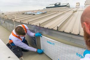 Die senkrechten Flächen der Dachrinne wurden ebenfalls vliesarmiert mit Flüssigkunststoff abgedichtet<br />